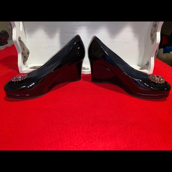 Lindsay Phillips blk patent wedges 6 snap ons sz 8